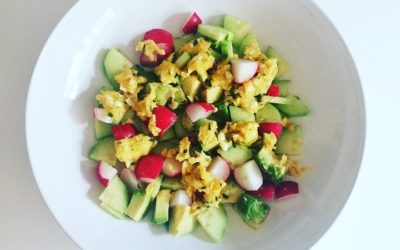 Salade avocat, radis, concombre & œufs brouillés